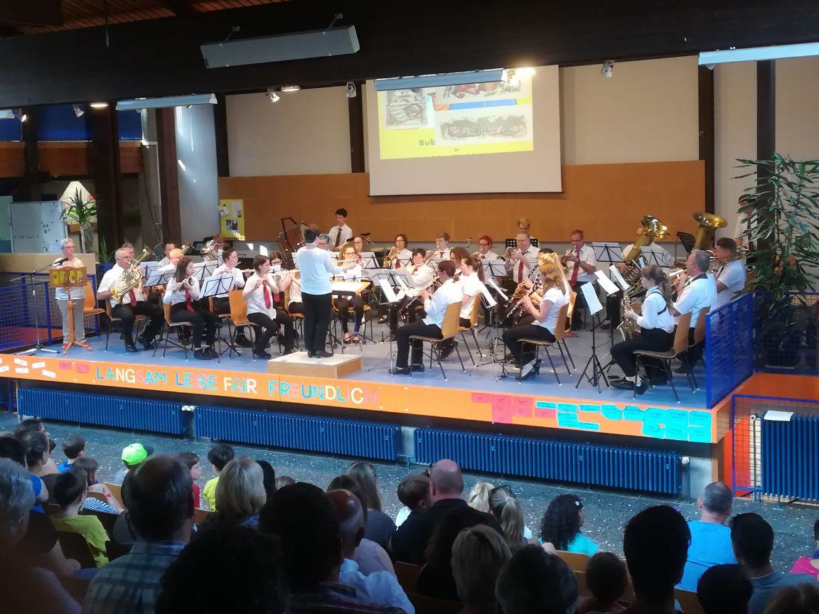 Edith Schmid (links) liest die Geschichte von Max & Moritz vor, das Blasorchester spielt die Musik dazu.