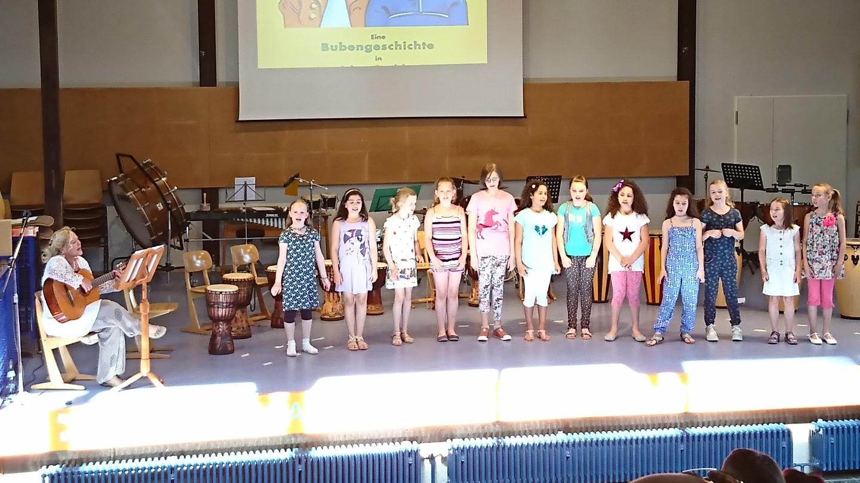 Der Schulchor eröffnete den Konzertnachmittag